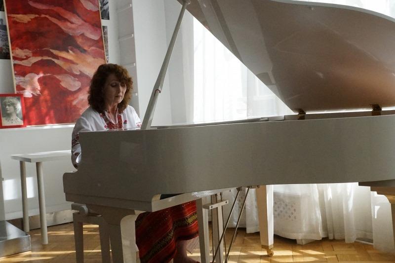 ryna RIABCHUN - pianiste-concertiste ukrainienne et maître de conférence de l'Académie des beaux arts de Kiev