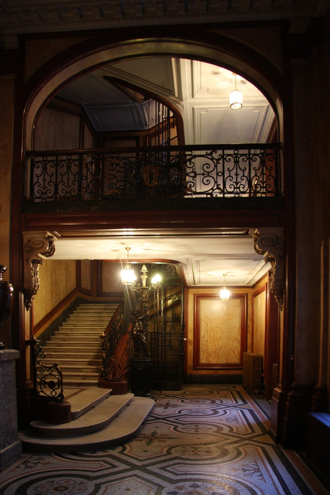 Nous entrons par un escalier mystérieux et majestueux dans son atelier, rue de Rivoli