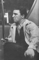 « Un Printemps à New York » pp. 63-64. Photo Larry Fink 1967. Le Digest des passagers du bus de New York, 880 Third Avenue New York 10022, promettait dix dollars pour toute pensée proposée à l'affichage et sélectionnée par leur comité. Avec cette précision : en cas de duplication, le cachet de la poste fera foi. Ce passager dans l'autobus ressemblait curieusement à Larry qui l'avait photographié et envers qui j'éprouvais un sentiment ambivalent d'attraction/répulsion.
