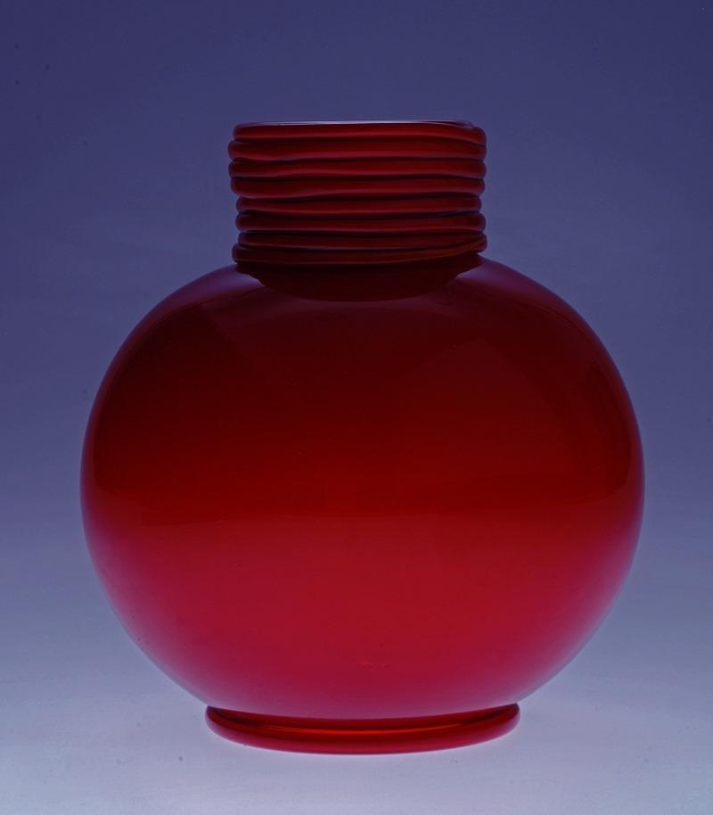 Vase rouge 1934 H 19,0 cm ; L 16,0 cm Venise, Fondazione ©DR