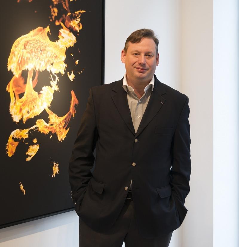 Adrien Perreau, devant la photo (Napalm 2) d'Alain Declercq