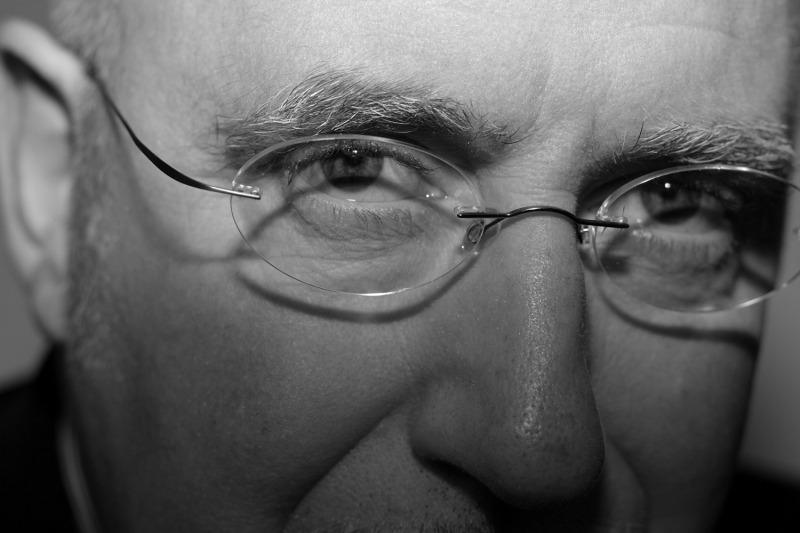 Jean-Paul GUEDJ est poète. Il a publié aux Editions de Janus «Tout et Rien» (2008). Son prochain recueil «Une poussière dans l'âme» est à paraître en mars 2014 aux Editions «Le Merle Moqueur».